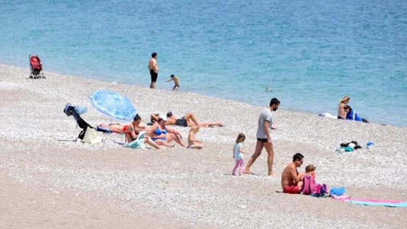 Antalya'da sahiller turistlere kaldı