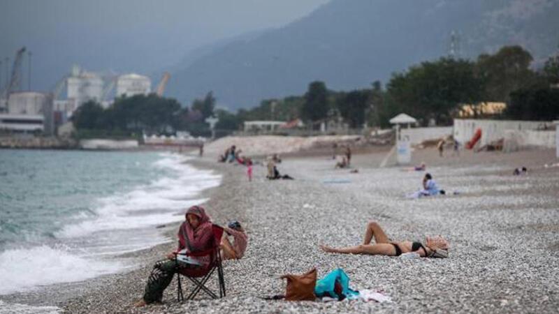 Antalya'da kısıtlamadan muaf turistler sahillere akın etti