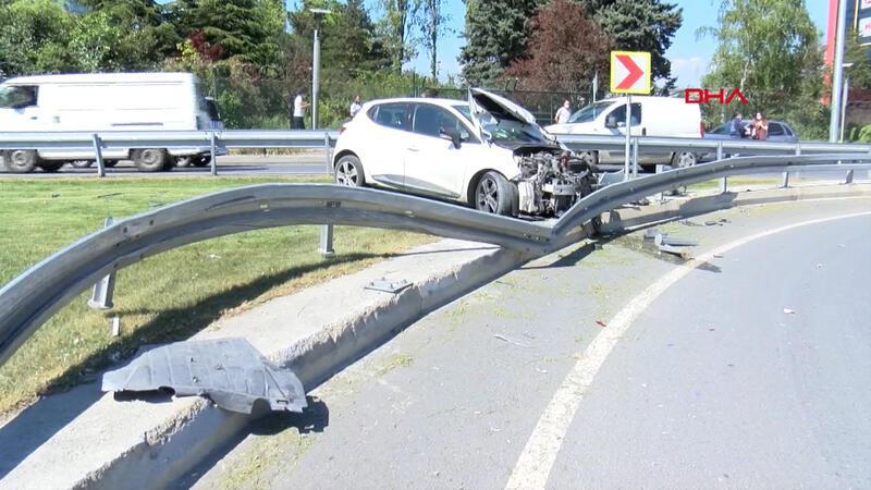 Bağcılar'da viraja hızla giren otomobil bariyere çarptı; kaza anı kamerada