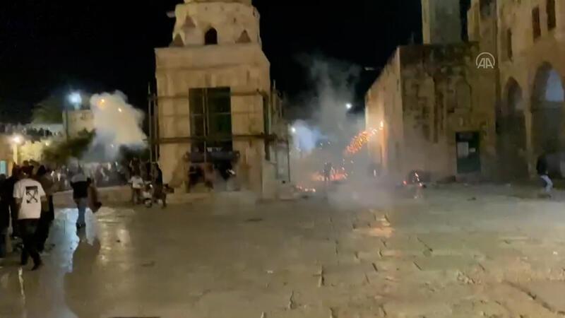 İsrail polisi, Mescid-i Aksa'ya girerek namaz  kılan cemaate ses bombalarıyla saldırdı