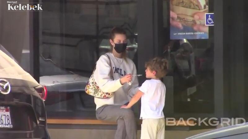Oğluna dondurma yedirdi