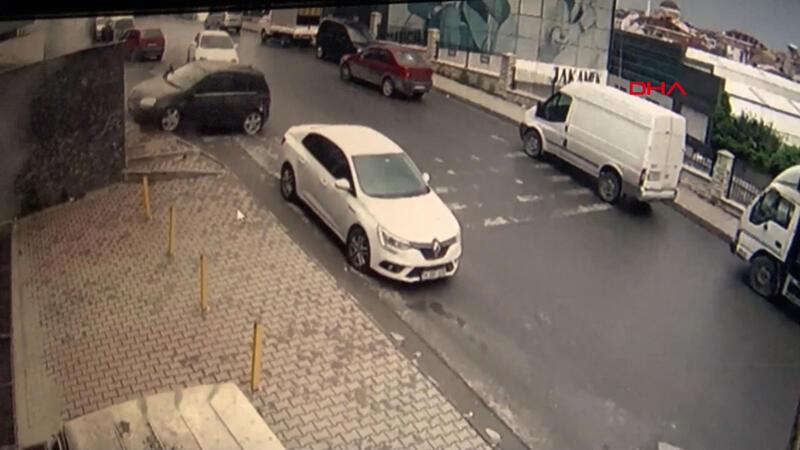 Otomobil yokuş aşağı kaydı, vatandaşlar olası bir kazadan kurtuldu