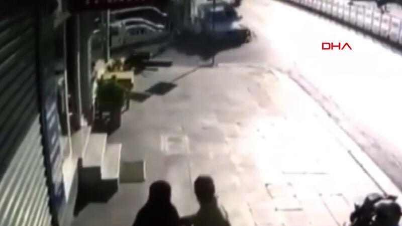 Otobüs durağında dört kişinin yaralandığı kaza anı kamerada