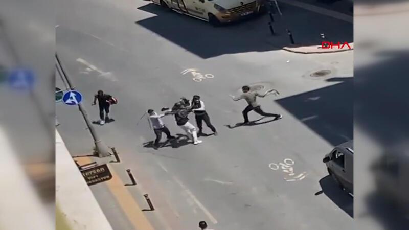 Zeytinburnu'nda sokak ortasında kemerlerle birbirlerine saldırdılar