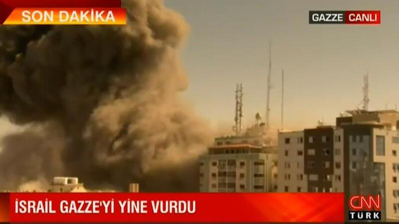 İsrail Gazze'yi yine vurdu! Binanın yıkılma anı