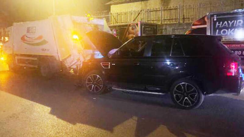 Polisten kaçtıkları lüks ciple çöp kamyonuna çarptılar