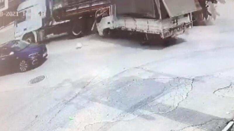 Kamyonet önce TIR'a sonra otomobile çarptı! Kaza anı kamerada