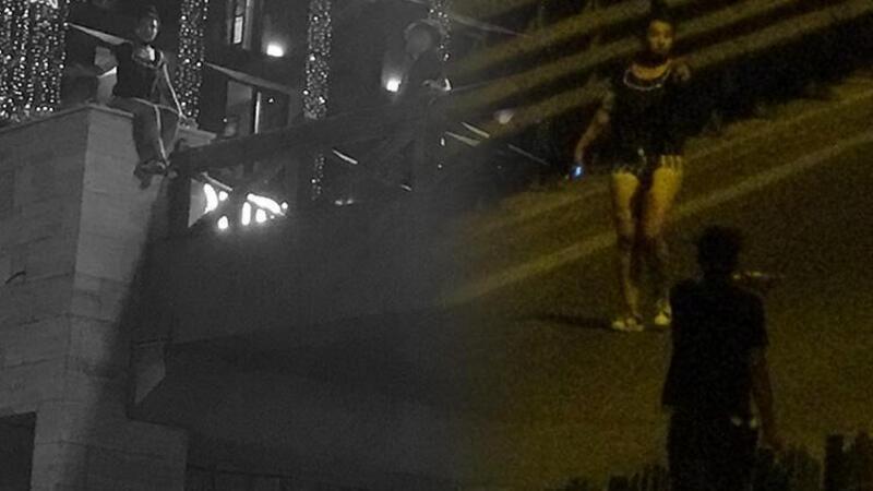 Yaya üst geçidine çıkan kadın, trafiği birbirine kattı