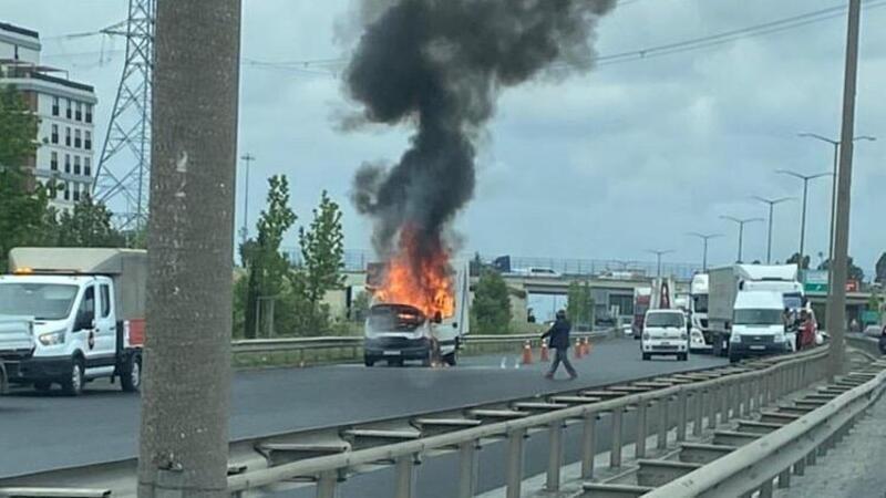 Esenyurt TEM'de kamyonet alev alev yandı