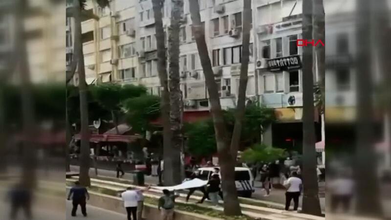 Vatandaşlar bez açarak ağaçtan düşmesini bekledi
