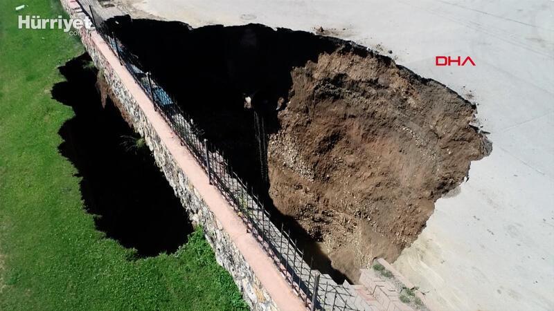 Çökme sonucu oluşan 22 metrelik çukur taşlarla kapatılıyor