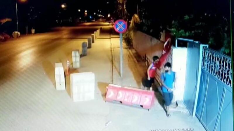 Çocuklar, rüzgar nedeniyle katlanan Türk bayrağını düzeltip öptü