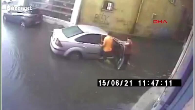 Bayrampaşa'da altgeçitte otomobilin mahsur kaldığı su baskını kamerada