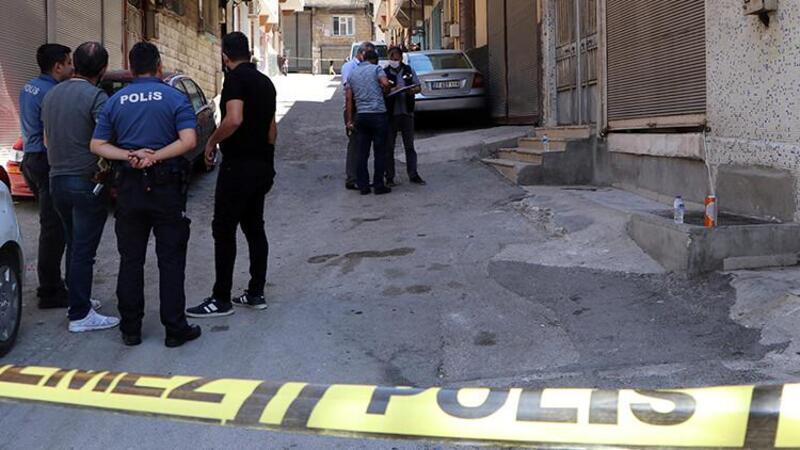 Üst araması yapmak isteyen polisi bıçakladı, ayağından vurularak yakalandı