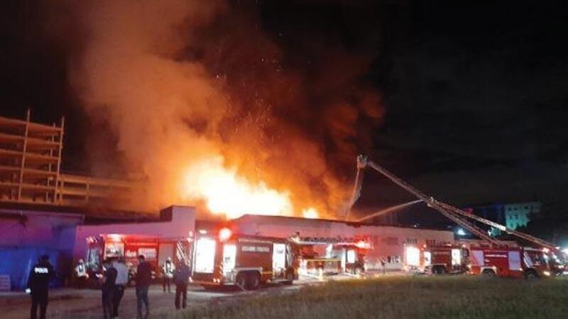 Küçükçekmece'de kağıt ve ambalaj fabrikasında yangın çıktı