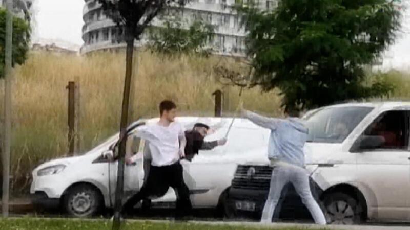 Yol verme tartışmasında sopalarla saldırdılar!