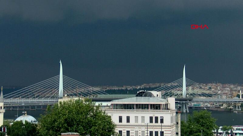 İstanbul'un üstünü kara bulutlar sardı