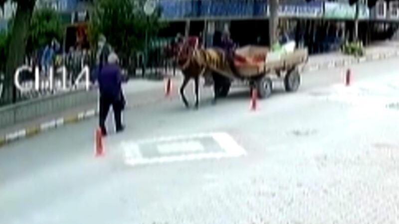 At arabasının yaşlı adama çarpma anı kamerada