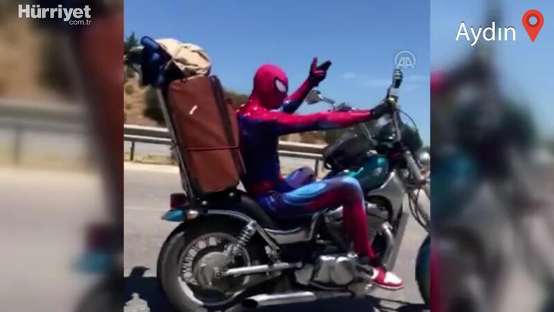 """Otoyolda """"Örümcek adam"""" kıyafetiyle motosiklet kullanan kişi dikkatleri üzerine çekti"""