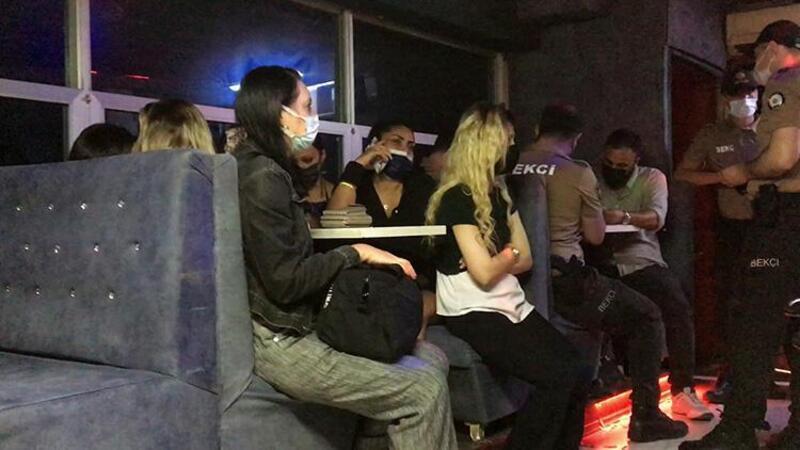 Kısıtlama saatinde açık olan eğlence mekanındaki 26 kişiye para cezası kesildi