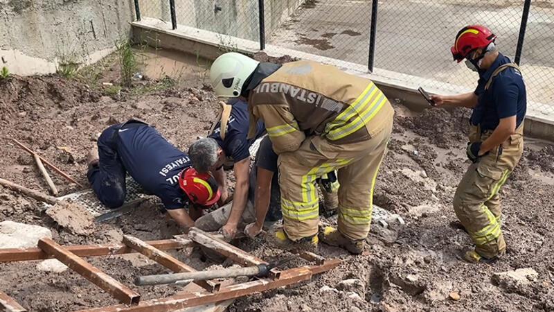 Sultanbeyli'de balçığa saplanan duvar işçisini itfaiye kurtardı