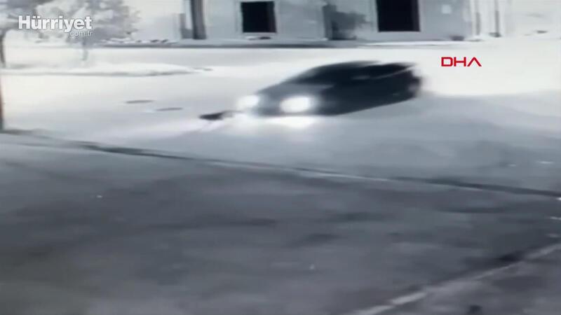Yolun ortasındaki köpeğe çarpıp metrelerce sürükledi