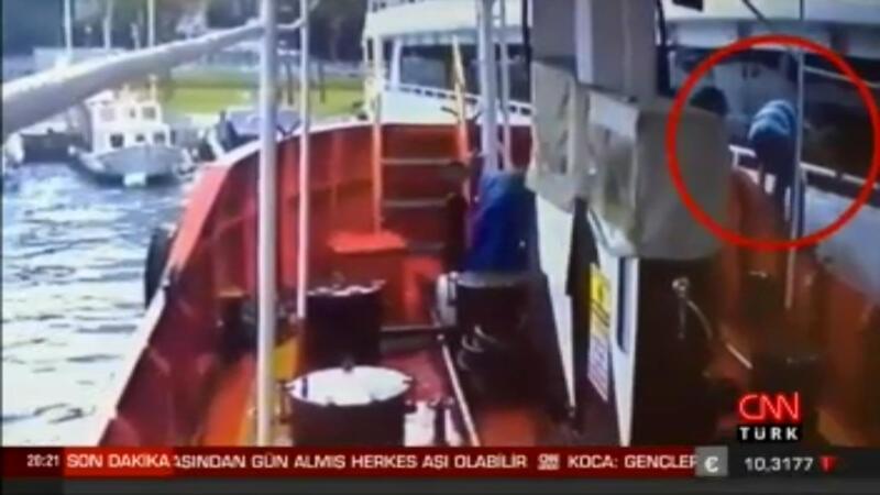 Tekneden tekneye atlarken düştü