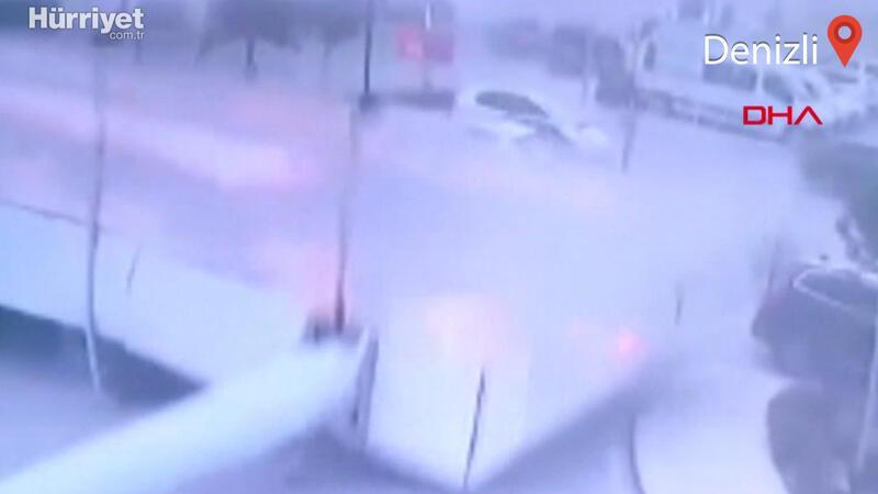 Denizli'deki fırtınada reklam tabelası 10 aracın üzerine düştü! O anlar kamerada