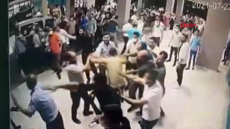 Ölen koronavirüs hastasının yakınları polis ve sağlık çalışanlarına saldırdı