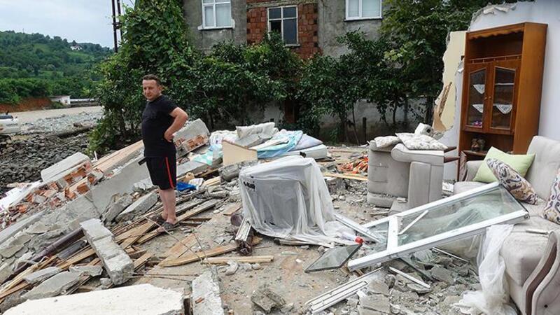 Arhavi'deki selde evleri yıkılan aile son anda kurtulmayı başardı