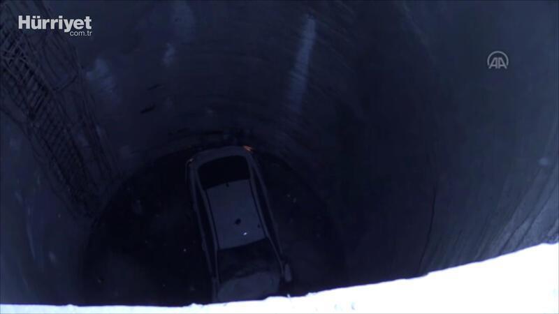 Otomobil metro inşaatındaki 25 metrelik boşluğa düştü: 2 ağır yaralı