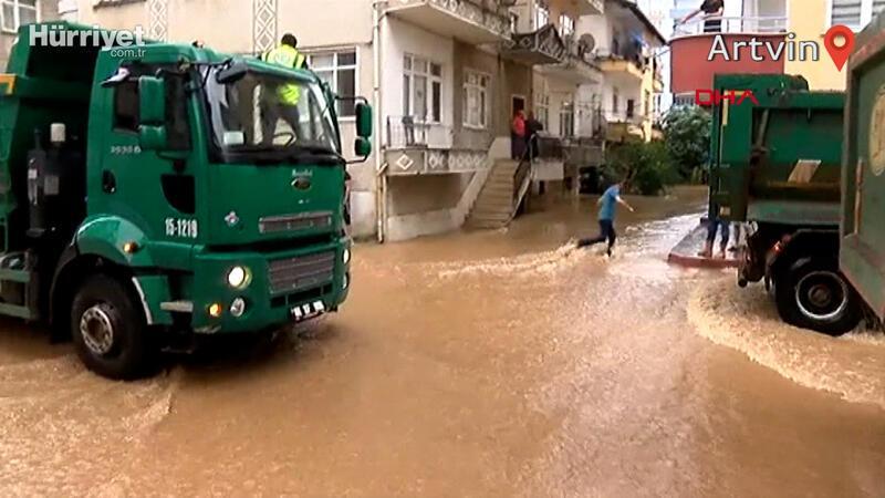 Arhavi'de etkili olan aşırı yağış sonrası ev iş yerlerini su bastı
