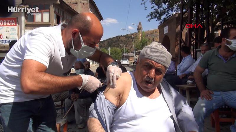 Muş'ta sağlıkçılar kahveleri gezerek aşı yaptı