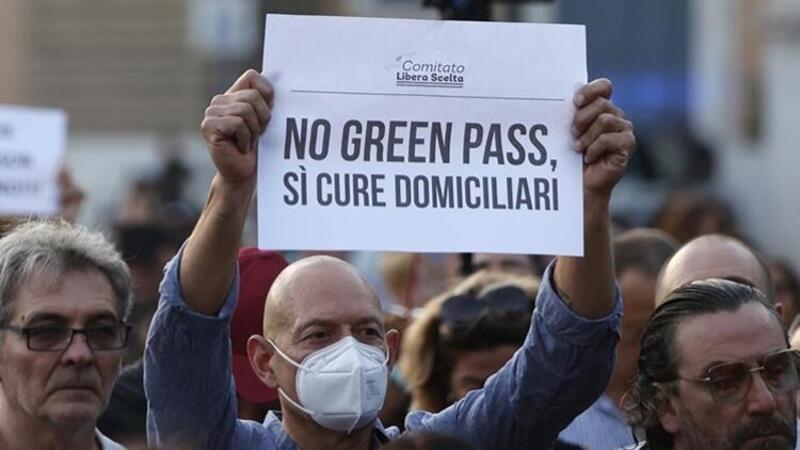 """İtalya'da Kovid-19 önlemleri çerçevesinde çıkarılan """"Yeşil Geçiş"""" belgesine yönelik protestolar"""