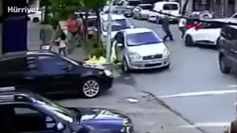 Gaziosmapaşa'da yayalara çarpan sürücüye linç girişimi ve kaza anı kamerada