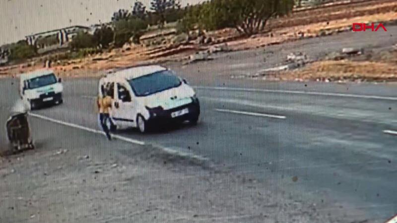 Çocuğun otomobilin altında kalmaktan kurtulduğu an kamerada