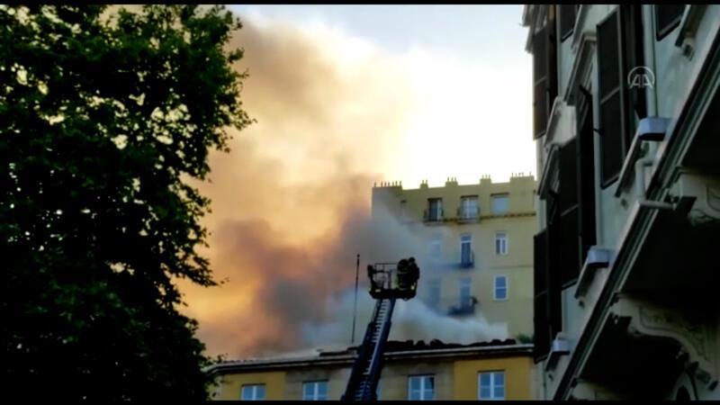 Beyoğlu'nda bir yabancı özel okulun çatısında çıkan yangın söndürüldü