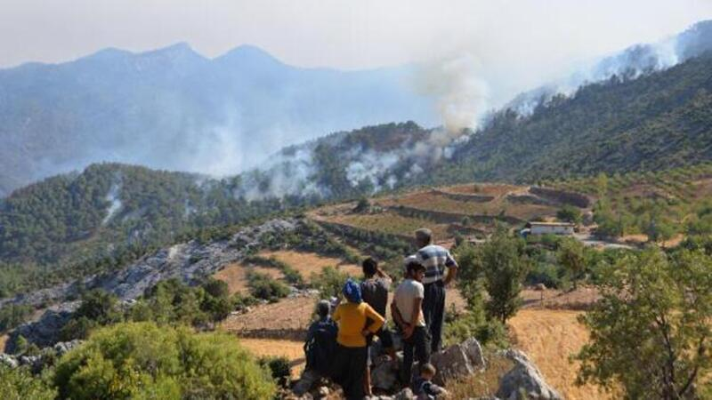 Mersin'de Silifke ve Aydıncık'ta çıkan yangınlar devam ediyor
