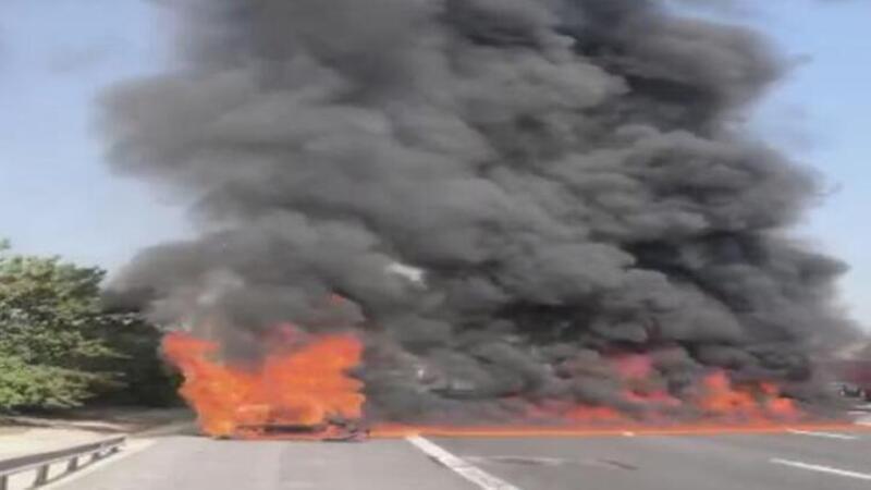 Esenyurt'ta otomobil yandı; alevler TEM Otoyolu'nu kaplayınca ulaşım durdu