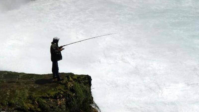 Antalya'da şelale altında tehlikeli balık avı