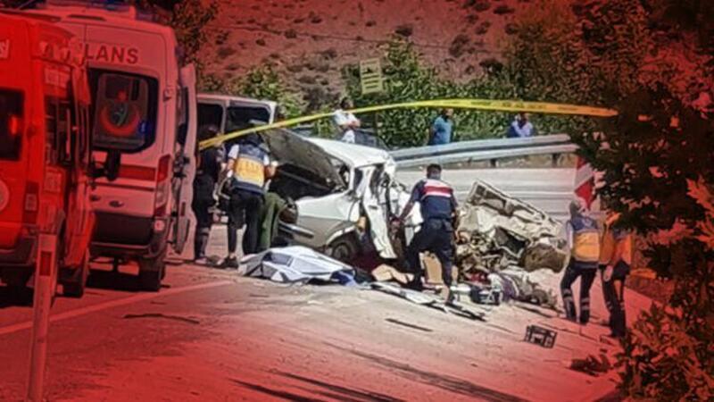 Kozan ilçesinde minibüsle çarpışan otomobildeki aynı aileden 5 kişi yaşamını yitirdi