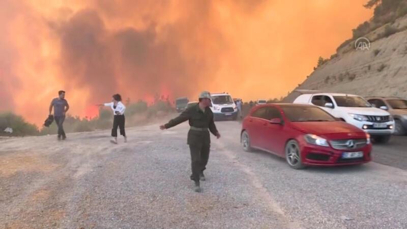 Manavgat'ta Taşağıl Mahallesi'ndeki yangında aniden yükselen alevler paniğe neden oldu