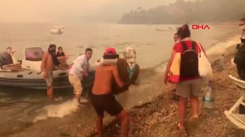 Mazıköy'de vatandaşlar deniz yoluyla tahliye ediliyor