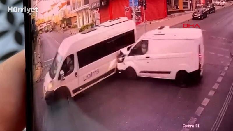 Ümraniye'de servis minibüsü kazası güvenlik kamerasında: 1 ölü, 5 yaralı