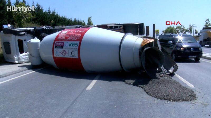 Arnavutköy'de beton mikseri yan yattı; trafik durma noktasına geldi