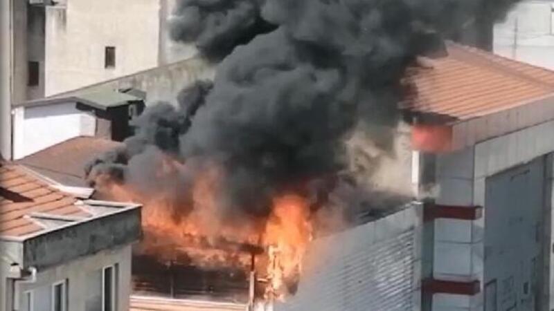 İzmit'te 4 katlı mağazanın çatısında yangın