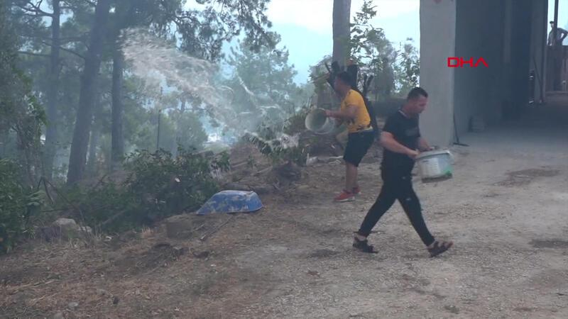 Manavgat Beydiğin Mahallesi yakınlarındaki orman yangını, rüzgarla etkisini artırdı