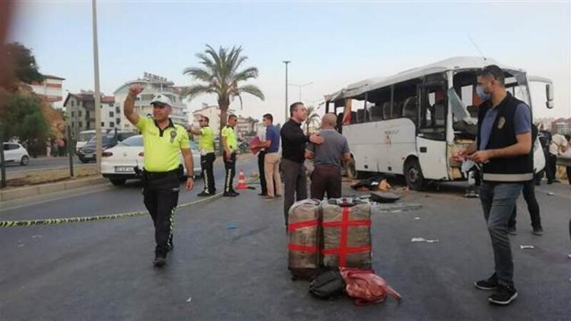 Tur midibüsü devrildi: Ölü ve yaralılar var