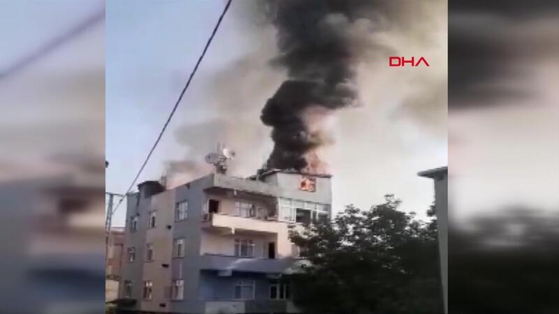 Arnavutköy'de 5 katlı binanın çatı katı alev alev yandı.