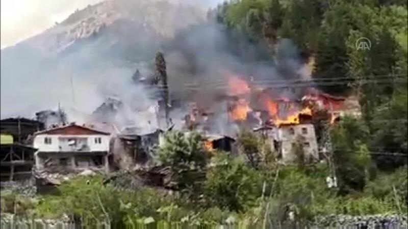 Artvin Yusufeli'de bir evde çıkan yangın, çevredeki bazı ahşap evlere de sıçradı